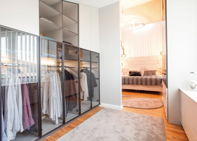 Walk-in wardrobe with functions